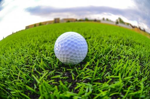 芝生に置かれたゴルフボールの写真