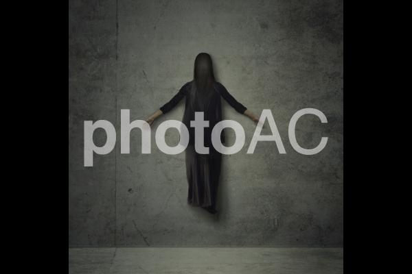 宙に浮く顔のない黒いゴーストの写真