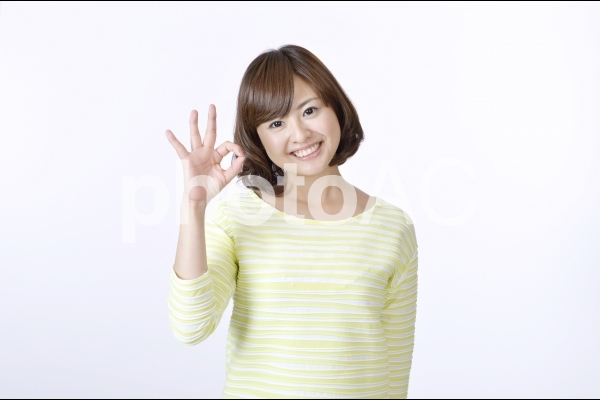 OKサインを出す女性2の写真