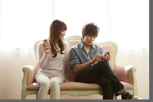 人物 カップル 恋人 若者 20代 夫婦 ファミリー 新婚 男性 女性 二人 携帯電話 スマホ スマートフォン ゲーム 遊ぶ 楽しむ 仲良し 一緒 笑顔 リビング ソファ 室内 カーテン 日差し 休日 休暇 若い 日本人 mdjm022 mdjf040