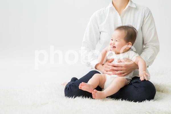 ママに抱っこされる(笑顔)の写真