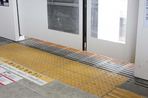 電車 通勤電車 東急線 東横線 ドア 駅 ホーム 黄色い線