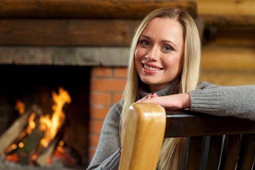 外国人 20代 若い 女性 女 金髪 ロングヘアー 笑う 笑顔 スマイル 微笑み 上半身 室内 冬 ウィンター  クリスマス 寄りかかる 凭れる 凭れかかる リラックス 寛ぐ 接写 クローズアップ 背もたれ 腕 片腕 乗せる 背景 暖炉 炎 火 mdff095