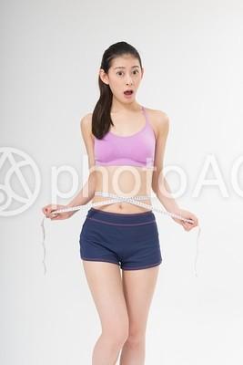 ウエストを測る女性5の写真