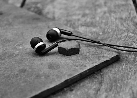 白黒 モノクロ イヤホン イヤフォン 音楽 イアフォン 音楽用品 音響機器 オーディオ機器 クローズアップ アップ 接写 聞く ヘッドフォン 耳 聴く 木 板 屋外 外 散歩 休憩 小物 道具 電化製品