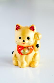 招き猫 ネコ 猫 置き物 置物 縁起物 雑貨 小物 インテリア 左手 手招き 商売繁盛 千客万来 幸福 幸運 招福 成功 達成 ラッキー めでたい 金色 ゴールド 白背景 白バック スタジオ撮影 ラフ