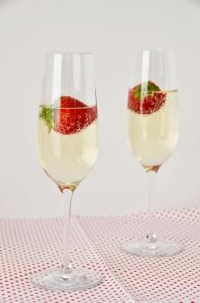 イチゴシャンパン 苺シャンパン いちごシャンパン シャンパン アルコール お酒 カクテル プリティーウーマン 祝賀会 飲み会 記念日 白ワイン 映画のワンシーン バブル フルーツカクテル バックグランド お祝い 泡 パーティー 女子 美味しそう 飲み物画像 フルーツ