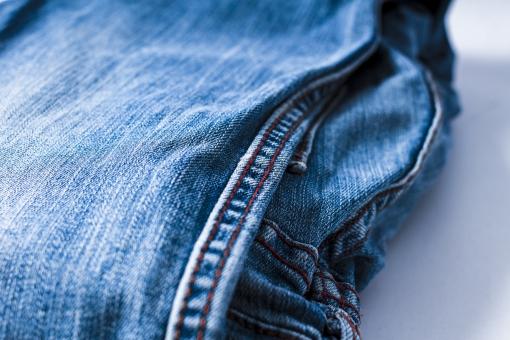 ジーンズ ジーパン Gパン デニム 柄 無地 生地 裾 布 布地 折り畳み 畳む ファッション パンツ 縫目 縫い目 足 脚 ミシン 服装 服 ズボン 青 ブルー ネイビー 水色 裁縫