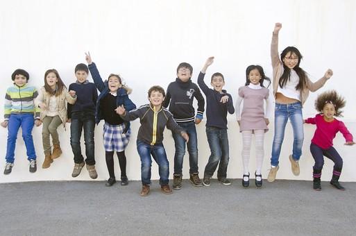 人物 生物 人間 生徒 学生 学童 子ども かわいい キッズ 幼い 外国人 外国 風景 学校 勉強 学び 教育 放課後 屋外 集まる 並ぶ 一列 集合 集合写真 たくさん クラスメイト ジャンプ 喜ぶ ベンチ スタジアム 校庭 広場 mdfk026 mdfk025 mdfk024  mdfk027 mdfk033 mdmk005 mdmk016 mdmk017 mdmk018 mdmk019