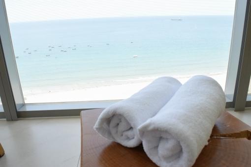タオル ビーチ リゾート バスタオル おしぼり オシボリ 窓 ウインドウ 眺め 海 空 砂浜 白い砂浜