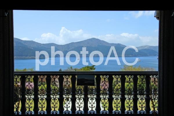 窓枠の芦ノ湖の写真