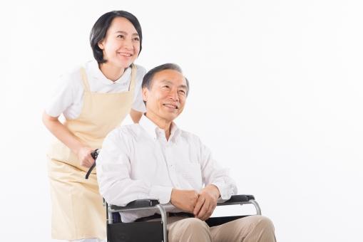 老人 高齢者 お年寄り シニア 男性 男 おとこ  2人 二人  介護士 看護師 エプロン  介護 不自由 椅子 ヘルパー 白バック 白背景 白シャツ  白衣  車いす 車椅子    女性 おんな 女 座る   手   笑顔 微笑み mdjf017 mdjms004