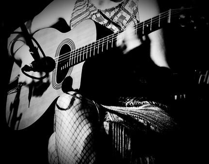 ギターを弾く人の写真