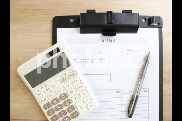 見積書と電卓の写真