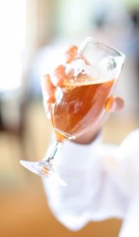 ビール beer 飲み物 アルコール飲料 麦芽 酵母 グラス ガラス 泡 ビア エール コク のどごし 濃い うまい 旨い おいしい 美味しい 人物 手 持つ 握る ボディパーツ 発泡 炭酸 飲み会 スポーツ観戦 飲食店 飲む 素材