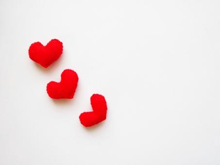 ハート はーと 愛 ラブ love らぶ 愛情 好き 告白 感情 バレンタイン 大好き 赤 白 シンプル 3個 3つ 斜め ななめ 恋愛 インテリア 引き寄せ 母の日 プレゼント 贈り物 結婚 誕生日 ハンドメイド 暖かい 寄り添う