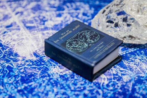 クリスタル クォーツ 水晶 鉱物 石 貴石 輝き 青 青色 光 背景 テクスチャ テクスチャー 背景テクスチャー 小物 パワーストーン 占い 占星術 星座表 星 神秘 神秘的 本のミニチュア インアテリア BOOK 図鑑 小物 雑貨 読書 勉強 学習 オブジェ 洋書 置物 おもちゃ