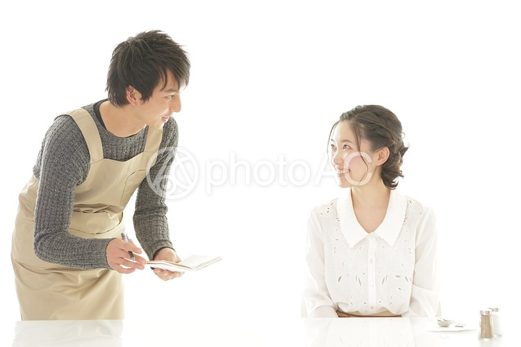 男性店員と女性客の写真