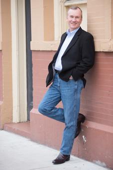 屋外 外 人物 人間 人 大人 外国人 白人 男性 男 1人 全身 カメラ目線 ライフスタイル 中高年 中年 シニア 50代 60代 年配 笑顔 自信 アクティブ 健康的 ジーンズ デニム 成功 ハンサム ポジティブ 余裕 渋い ダンディー 幸福 カジュアル カッコいい リラックス 休日 オフ 立つ ポケットに手を入れる 街角 mdjms015