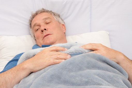 人物 外国人 外人 男性 老人 高齢者 シルバー シニア ベッド 布団 寝る 睡眠 眠り 病気 病床 寝付く 病院 入院 介護 屋内 室内 健康 体調不良 上半身 俯瞰 mdjms005
