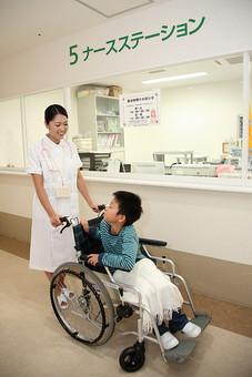 白衣 病院 医院 医療 ナース 看護師 看護婦 患者 車椅子 子供 入院 ナースステーション 廊下 押す 看護 世話 男の子 笑顔 話す 散歩 日本人 mdmk003 mdjf034