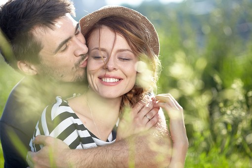 カップル 外国人 男女 ラブラブ 幸せ 草原 抱きしめる ハッピー 笑顔 好き 外 愛 ラブ 二人 握る キス 顔 幸福 男 女 二人の時間 愛してる 受け入れる デート 公園 山 mdff104 mdfm060