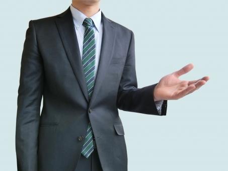人物 日本人 男性 若い 若者 20代 20代 スーツ 就職活動 就活 就活生 社会人 ビジネス 新社会人 新入社員 フレッシュマン 面接 真面目 屋内 白バック 白背景 上半身 ビジネスマン ポイント 案内 説明 誘う  勧誘 構える 今でしょ