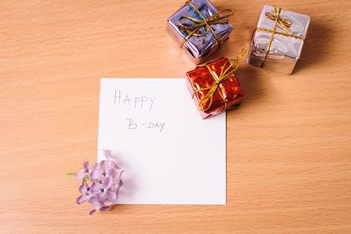 お祝い 贈り物 ギフト 幸せ 幸福 文字 バースデーカード 誕生日 誕生祝い ハッピーバースデー メッセージ 伝言 カード 箱 小箱 プレゼント ボックス ゴールド 白 赤 ブルー シルバー 銀色 青 パープル 紫 木目 テーブル 物撮り 人物なし 屋内 上から視線 3個 ラベンダー 花 植物 Happy Birthday