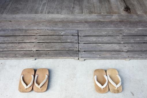 下駄 履き物 和 和風 玄関 廊下 土間 日本 日本的 鼻緒 紐 レトロ 古い 文化 伝統 木製 木 床 和装 和服 情緒 風情 ファッション 無人 人物なし 並ぶ ペア 屋外 屋内