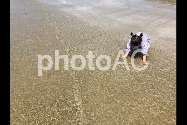 海で遊ぶ少女08の写真