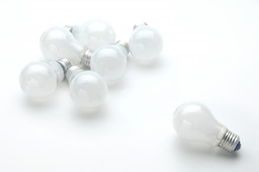 電球 電気 節電 エコ エコロジー ランプ 家庭 交換 省エネ ひらめき アイデア エネルギー 電力 電力会社 自由化 電力自由化 浪費 led 消費 発熱 光 明かり ライト 白背景 テキストスペース コピースペース 環境 環境問題