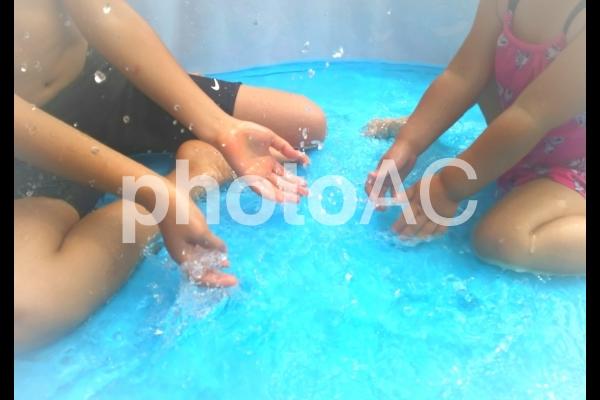 水遊びする子どもたちの写真