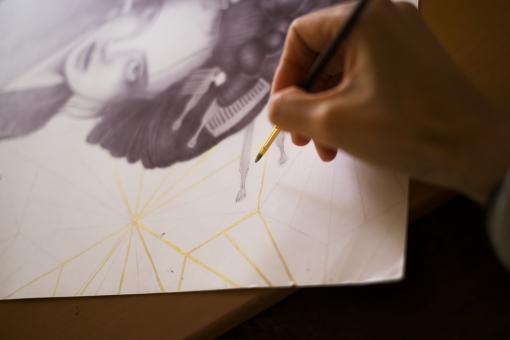 金の顔料で絵を描くの写真