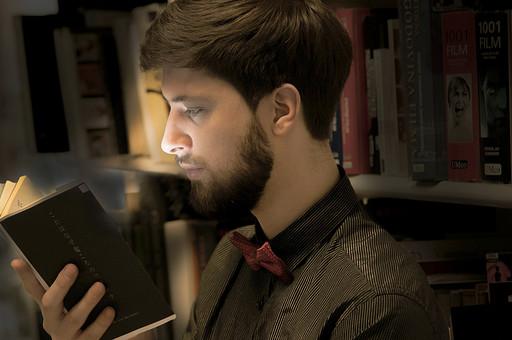本 ブック 書物 書籍 図書 読書 読む 趣味 勉強 人物 男性 男 外国人 若い 若者 髭 20代 上半身 ページ 捲る めくる 開く 接写 クローズアップ アップ 横顔 暗がり 図書室 図書館 本棚 書棚 mdfm079