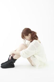 人物 女性 日本人 若い 20代   セーター ニット カジュアル モデル かわいい   キュート ポーズ おすすめ 屋内 白バック   白背景 全身 仕草  座る 悩む 落ち込む 辛い 憂鬱 孤独 横向き 体育座り 膝を抱える 俯く mdjf005