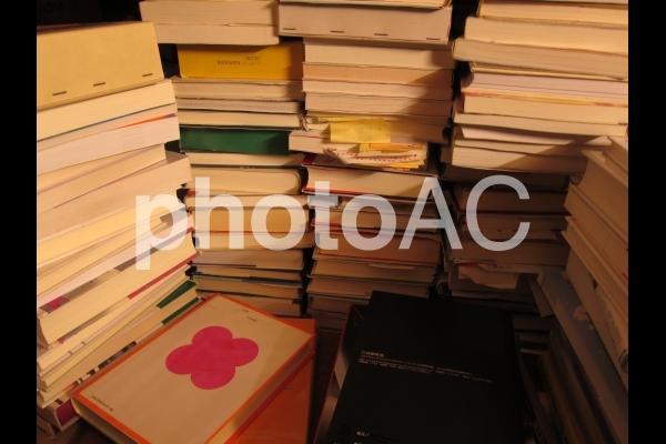 倉庫の中の本の写真
