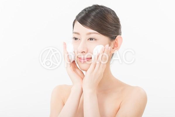 洗顔する女性2の写真