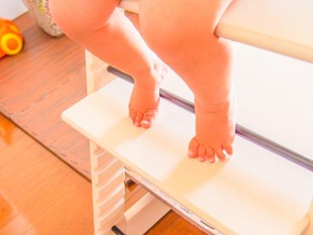 赤ちゃん 足 ベビー 椅子 チェアー ごはん ベビーフード 離乳食 子供 男の子 女の子 裸足 背伸び 小さい かわいい いただきます 食べる 食事 お座り インテリア 木目 暖かい 優しい 柔らかい 明るい ママ 家族 ファミリー 足の指 つま先