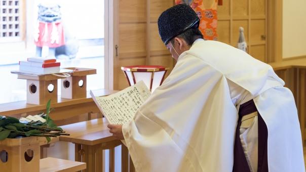 神社 神主 初詣 お宮参り 神道 祈り 祝詞 読む 伝統 人物 男性 厄払い 正月 新年 神 神聖 白 願い 思い お賽銭 狛犬