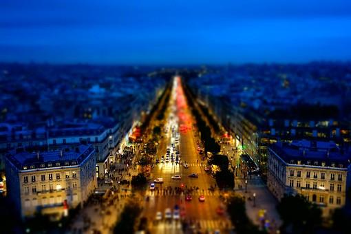 ミニチュアの夜のパリの街並み1の写真