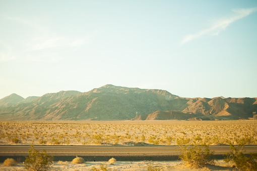 自然 植物 木 樹木 森 林 森林 緑 空 雲 天気 青い 白い グラデーション 山 山並み 山脈 広い 広大 壮大 雄大 地面 土 道路 室外 屋外 無人 風景 景色 アメリカ 外国