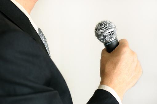 男性 男 人物 人 マイク ビジネスマン 演説 発表 話す 歌 歌う カラオケ 選挙 候補者 立候補者 政治家 議員 スピーチ 集会 議会 会議 ビジネス 政治 人前 説明 発言 会見 記者会見 プレゼン プレゼンテーション 仕事