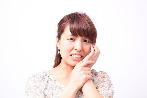 人 人間 人物 人物写真 ポートレート ポートレイト 女性 女 女の人 若い女性 女子 レディー 日本人 茶髪 ブラウンヘア セミロングヘア  白色 白背景 白バック ホワイトバック  手 指 ポーズ 歯  手のポーズ  肘を曲げる  装身具 ピアス アクセサリー 頬に手 痛い 痛み 虫歯 苦痛 食いしばる 手で押さえる mdfj012