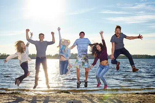 人物 外国人 モデル 男性 女性   男女 複数 グループ 仲間 友達   20代 若者たち 大学生 屋外 野外 自然 空 湖 水辺 水際 一列 並ぶ ジャンプ 飛ぶ 逆光 アクティブ 青春   mdff025 mdff026 mdff027 mdfm007 mdfm008 mdfm009