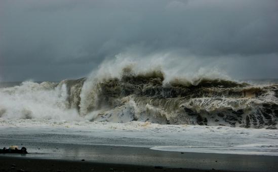台風迫る荒れた海の大波の写真