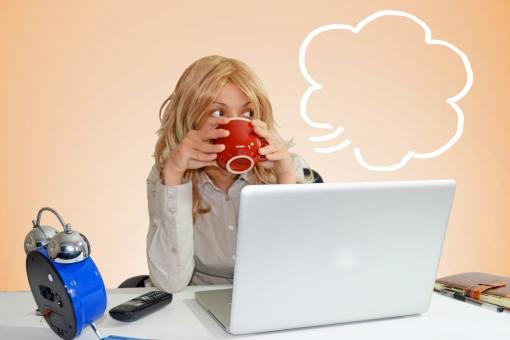 ふきだし 吹き出し 台詞 せりふ イラスト 合成 人物 女性 外国人 外人 外国人女性 外人女性 OL 仕事中 会社 オフィス デスクワーク 机 休憩 飲み物 カップ 飲む コーヒー パソコン PC  WEBサイト mdff022