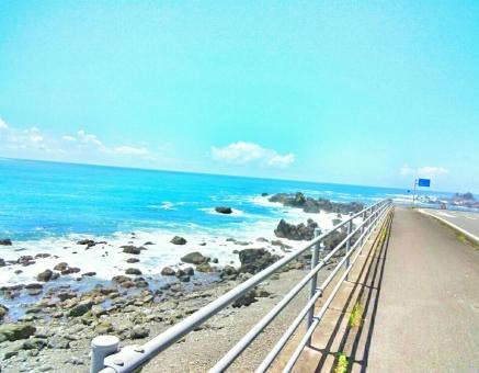 爽やか さわやか 快晴 晴れ 晴天 青空 青い ブルー そら 空 スカイ スカイブルー 水色 みずいろ くも 雲 海 うみ 海辺 浜辺 ビーチ 海岸沿い 風 潮風 気持ちいい リフレッシュ 癒し 自然 しぜん 風景 景色 田舎 のどか ゆっくり 休み 休日 たのしい エンジョイ ハッピー 散歩 さんぽ サイクリング 自転車 チャリ 走る ドライブ 車 カー 道 きれい 綺麗 キレイ 美しい ビューティフル うるおい 波 水 夏 なつ サマー 暑い季節 海水浴 泳ぐ 水着 サンダル 四国 高知 南国