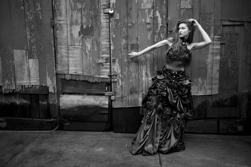 人間 人物 ポートレート ポートレイト 女性 ロングヘア 外国人 外国の女性 外国人女性 ブロンド 金髪  赤いドレス 赤ドレス バラドレス 貴婦人 ゴシック アメリカンスリーブ 肩出し 肘を曲げる 木材 ドア 髪をさわる 頭に手 レンガ ブロック 髪を触る 白黒 モノクロ モノクローム ネックレス アクセサリー 首飾り セクシー 色気 mdff098