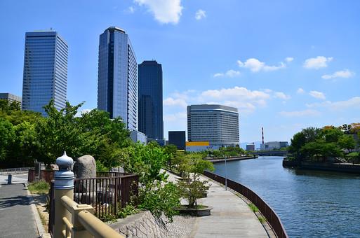 日本 関西 大阪 大阪ビジネスパーク 建物 建築 建築物 施設 ビル ビル群 都会 ビジネス 町並み 川 水 流れ 水面 空 青空 雲 青 白 晴天 天気 晴れ 自然 植物 木 樹木 無人 室外 屋外 風景 景色 景観