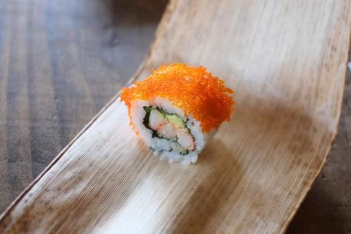 カリフォルニアロール 巻きずし 巻き寿司 まきずし 寿司 すし スシ とび子 飛び子 カニカマ かにかま アボカド avocado sushi sushiroll 竹の皮 笹の葉 タケ